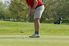 Ein Golfspieler auf einem Grün Lizenzfreie Stockbilder