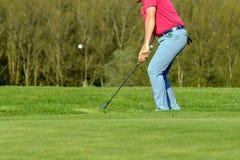 Ein Golfspieler auf einem Grün Stockbild