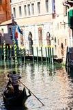 Ein Gondoliere in den Kanälen auf Venedig Lizenzfreies Stockfoto