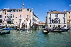Ein Gondoliere in seiner Gondel in Grand Canal von Venedig vor alten Palästen VENEDIG, ITALIEN - 14 8 2017 lizenzfreie stockbilder