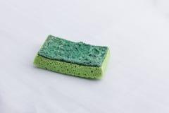 Ein Grün benutzte Küchenschwamm, mit einer harten und weichen Oberfläche Lizenzfreie Stockbilder