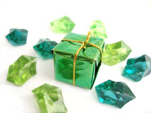 Ein grüner Bogen über einem weißen Hintergrund mit Kristallen lizenzfreie stockfotos