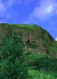 Ein grüner Hügel/ein Berg/eine Klippe lizenzfreies stockfoto