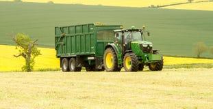 Ein grüner John Deere-Traktor und ein Bailey-Anhänger Lizenzfreies Stockfoto