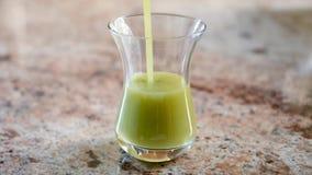 Ein grüner Smoothie in einem Glas stock video footage