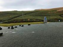 Ein grünes Feld und der bewölkte Himmel lizenzfreie stockfotos