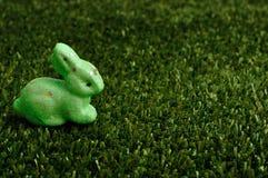 Ein grünes Häschen für Ostern-Dekoration Lizenzfreies Stockfoto