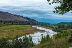 Ein grünes Tal im Neuseeland-Weinanbaugebiet stockfoto