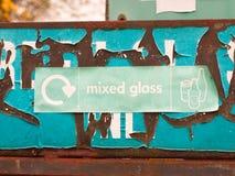 Ein grünes Wiederverwertungszeichen nahe Glas bereiten Betriebs- und Behälterdas sagen auf Stockfotos