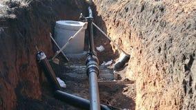 Ein Graben mit einer Erdgasleitung stock footage