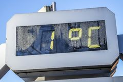 Ein Grad auf einem digitalen Thermometer lizenzfreie stockbilder