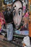 Ein Graffitikünstler bei der Arbeit stockbild