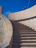 Ein Granittreppenhaus zum Wasser 19. Jahrhundert die Brücke der Ankündigungs-(Blagoveshchensky) Stockbild