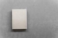Ein grauer Kasten auf einem grauen Hintergrund lizenzfreies stockfoto