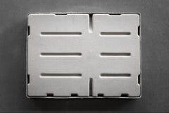 Ein grauer Kasten auf einem grauen Hintergrund lizenzfreie stockbilder