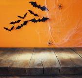 Ein grimmiger Minireaper, der eine Sense anhält, steht auf einem Kalendertag, der glückliches Halloween sagt Leere Tabelle vor Sp Stockbild