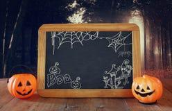 Ein grimmiger Minireaper, der eine Sense anhält, steht auf einem Kalendertag, der glückliches Halloween sagt Nette Kürbise nahe b Lizenzfreies Stockbild