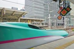 Ein grüner Hochgeschwindigkeitskugelzug der Reihe E5 Shinkansen Stockbilder