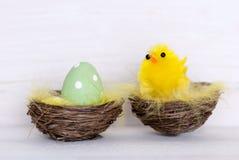 Ein grünes Osterei und Gelb Chick In Nest Lizenzfreies Stockfoto