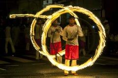 Ein großartiger Standort als Feuer-Ball-Tänzer führen entlang einer Straße in Kandy während des Esala Perahera in Sri Lanka durch Stockfotos