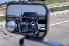 Ein großer blauer LKW im Fahrzeugspiegel Stockfotografie