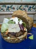 Ein großer Burger lizenzfreie stockfotografie