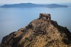 Ein großer Felsen auf dem Hintergrund des Ägäischen Meers Ansicht von der Insel von Santorini stockfotos