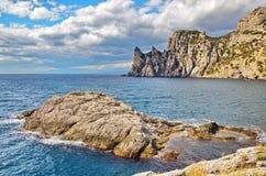Ein großer Felsen in der Bucht, schöner bewölkter Himmel, ein felsiges Kap auf der Küste Schwarzen Meers, Krim, Novy Svet Lizenzfreies Stockfoto