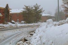 Ein großer gepflogener Stapel des Schnees vor einem Haus auf der Ecke nach dem Blizzard im Mittelwesten Stockfotos