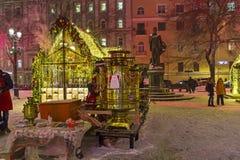 Ein großer kupferner Samowar auf Tverskoy-Boulevard, Moskau, Russland Stockbild