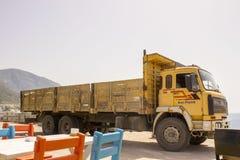 Ein großer Lastwagen geparkt auf Oludeniz-Seefront stockbild