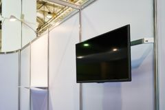Ein großer Schwarzes Fernsehschirm auf einer weißen Wand lizenzfreie stockbilder