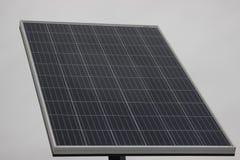 Ein großer Sonnenkollektor auf hellgrauem Hintergrund Solarenergie, Eco-Energie lizenzfreie stockfotos