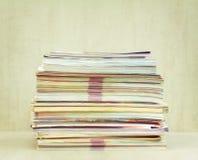 Ein großer Stapel der Zeitschriftennahaufnahme, Vorderansicht lizenzfreie stockfotografie