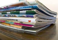 Ein großer Stapel des altem Makro der Zeitschriften auf dem Tisch lizenzfreie stockbilder