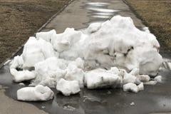 Ein großer Stapel des Schnees Lizenzfreies Stockbild