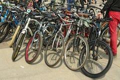 Ein großer Stapel von Fahrrädern Lizenzfreie Stockbilder