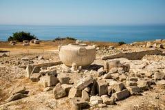 Ein großer Steinvase im alten Akropolisstandort in Limassol lizenzfreie stockfotografie