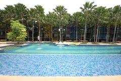 Ein großer Swimmingpool mit klarem Wasser und Ansicht zu einem Hotel im tropischen botanischen Garten Nong Nooch nahe Pattaya-Sta Stockbilder