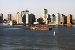 Ein großer Tanker, der durch Hudson- und Jersey-Skyline überschreitet lizenzfreies stockbild