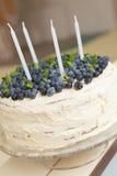 Ein großer weißer Geburtstagskuchen mit frischen organischen Blaubeeren und den tadellosen und weißen Kerzen auf die Oberseite Lizenzfreie Stockfotos