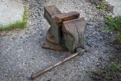 Ein großes altes Metallverarbeitungswerkzeug ist eine Klammer stockfotos