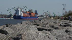 Ein großes beladenes Frachtschiff kommt den Hafen von Klaipeda litauen stock video