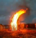 Ein großes Feuer auf dem Ufer des Steinbruchs Lizenzfreie Stockfotografie