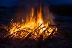 Ein großes Feuer auf dem Ufer des Steinbruchs Lizenzfreies Stockbild