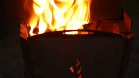 Ein großes Feuer brennt im Grill stock video footage
