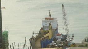 Ein großes Frachtschiff am Pier stock footage