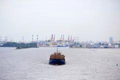 Ein großes Frachtschiff schwimmt durch Meer vom Hafen von lizenzfreie stockfotografie
