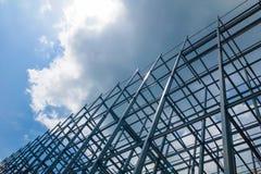 Ein großes Gebäude der Stahlkonstruktion im Himmel stockbild
