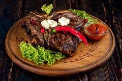 Ein großes gegrilltes Steak stockbild